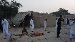 zentauroepp40422472 pakistani devotees gather around the bodies of blast victims171005172511