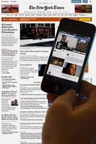 Pantallas de un teléfono móvil y un ordenador muestran imagenes de un medio informativo.