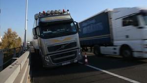 Un camión ha sufrido el pinchado en una de sus ruedas a la altura de Mollet del Vallès.