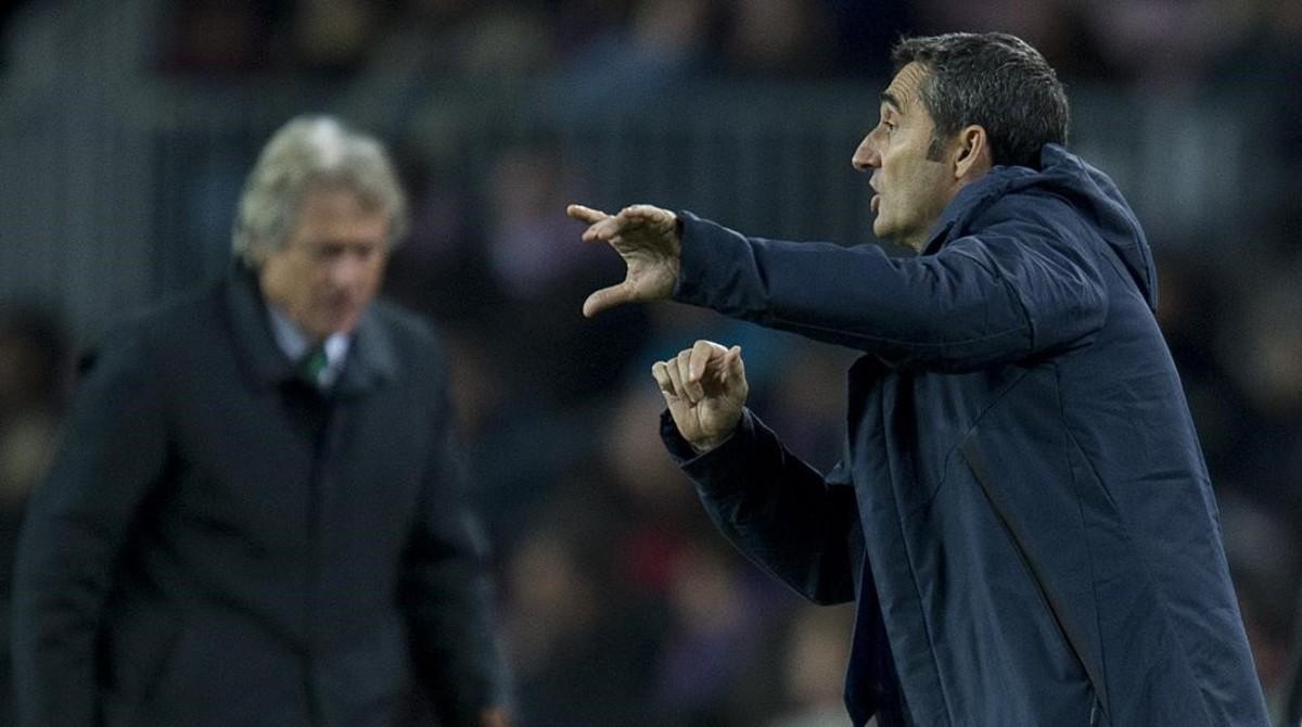 Valverde da instrucciones durante el duelo contra el Sporting de Portugal en el Camp Nou.