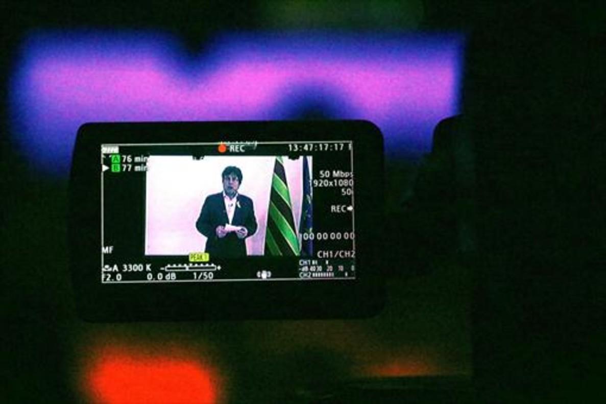 Una cámara graba ayer la intervención de Puigdemont en Bruselas.