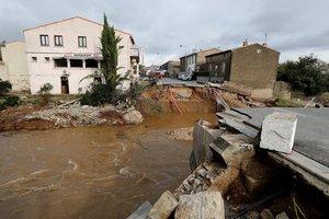 VILLEGAILHENCFRANCIA15 10 2018 - Imagen de un puente destrozado tras las inundaciones en VillegailhencFranciahoy15 de octubre de 2018Las inundaciones que desde la pasada madrugada asolaron el departamento frances del Audesurcon trombas de agua de hasta 350 litros por metro cuadrado provocaron la muerte de al menos 13 personas en diversas localidades en torno a la ciudad de CarcasonaEFEGuillaume Horcajuelo