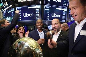 El cofundador de Uber Ryan Graves (derecha), junto al consejero delegado, Kara Khosrowshahi, ante la campana de la Bolsa de Nueva York, en el inicio de la cotización.