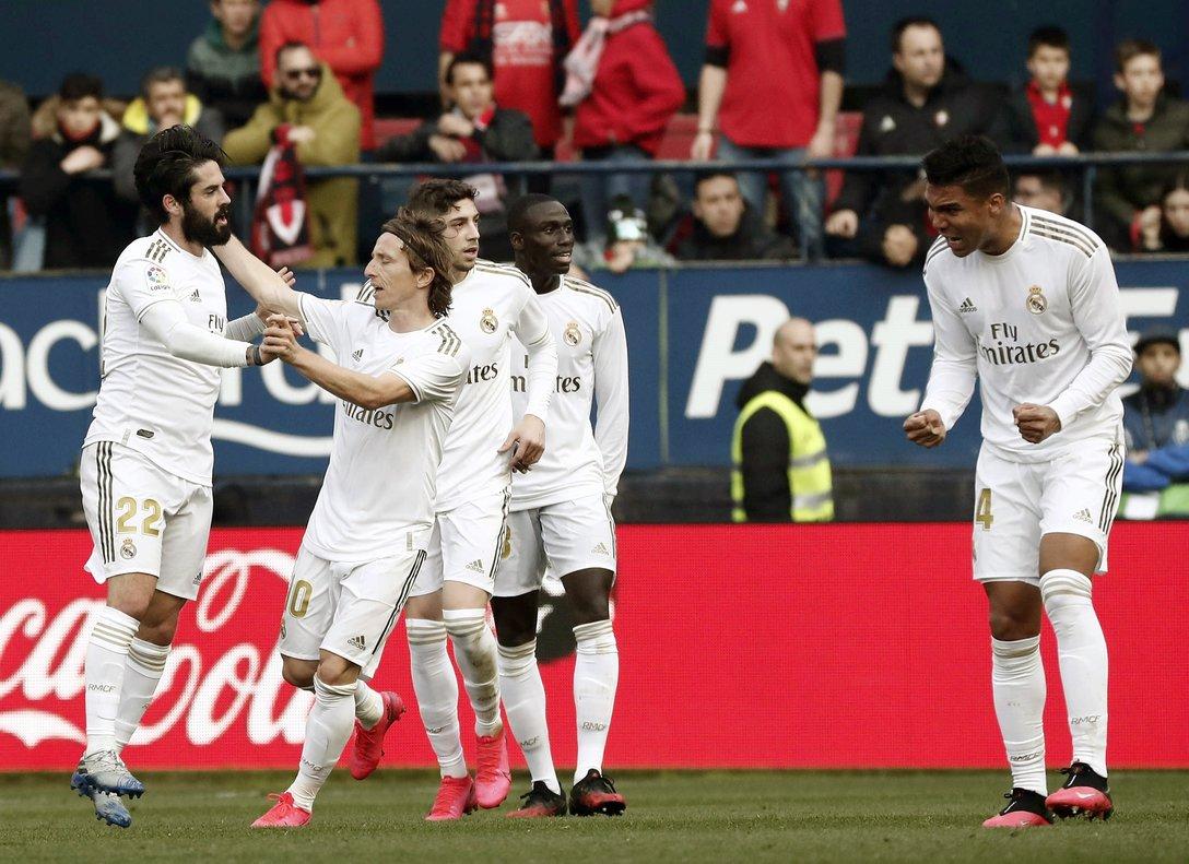 Los jugadores del Madrid celebran uno de los goles ante Osasuna.