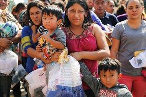 En Guatemala, la segunda caravana de emigrantes hondureños que atraviesa ese país retomó hoy su recorrido hacia Guastatoya desde Zacapa, con el objetivo de llegar a Estados Unidos como destino final.