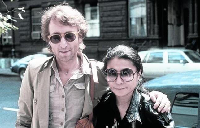 John Lennon y Yoko Ono, a punto de entrar en el estudio de grabación The Hit Factory, en Nueva York, el 22 de agosto de 1980.