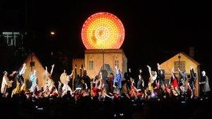 Ada Colau procede al encendido de las luces de Navidad desde Sant Andreu.