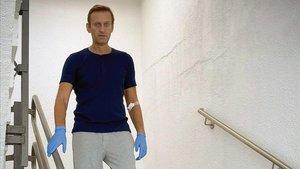 Alekséi Navalni baja por una escalera del hospital La Charité de Berlín, donde se recupera.