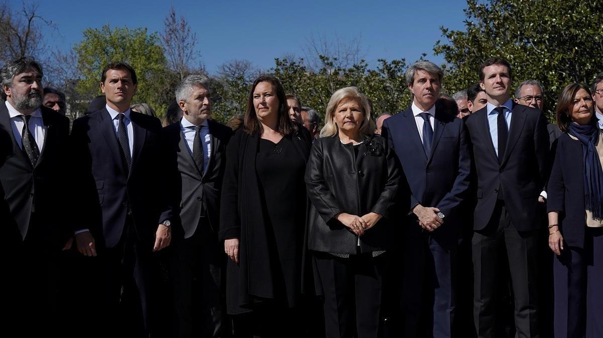 Albert Rivera, Fernando GrandeMarlaskay Pablo Casado,junto a las víctimas del 11-M en un acto de conmemoración en el Retiro.