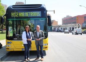 Antoni Poveda (AMB) y Núria Marín, alcaldesa de LHospitalet, durante la inauguración de la línea M12