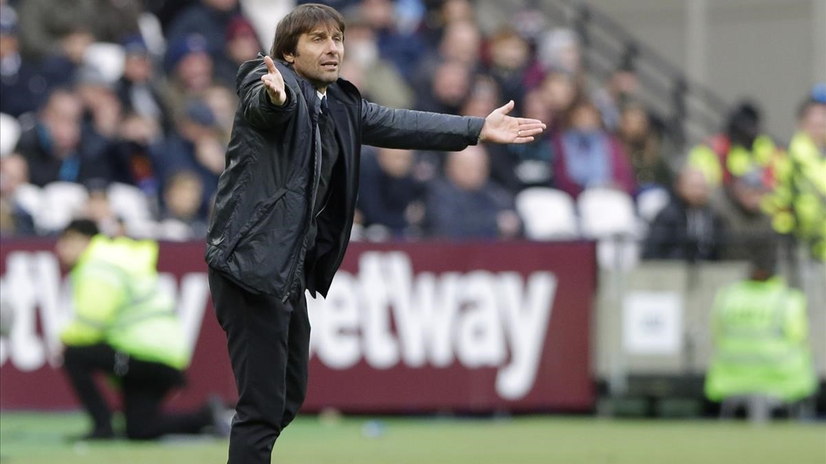Antonio Conte, técnico del Chelsea, ante el West Ham.