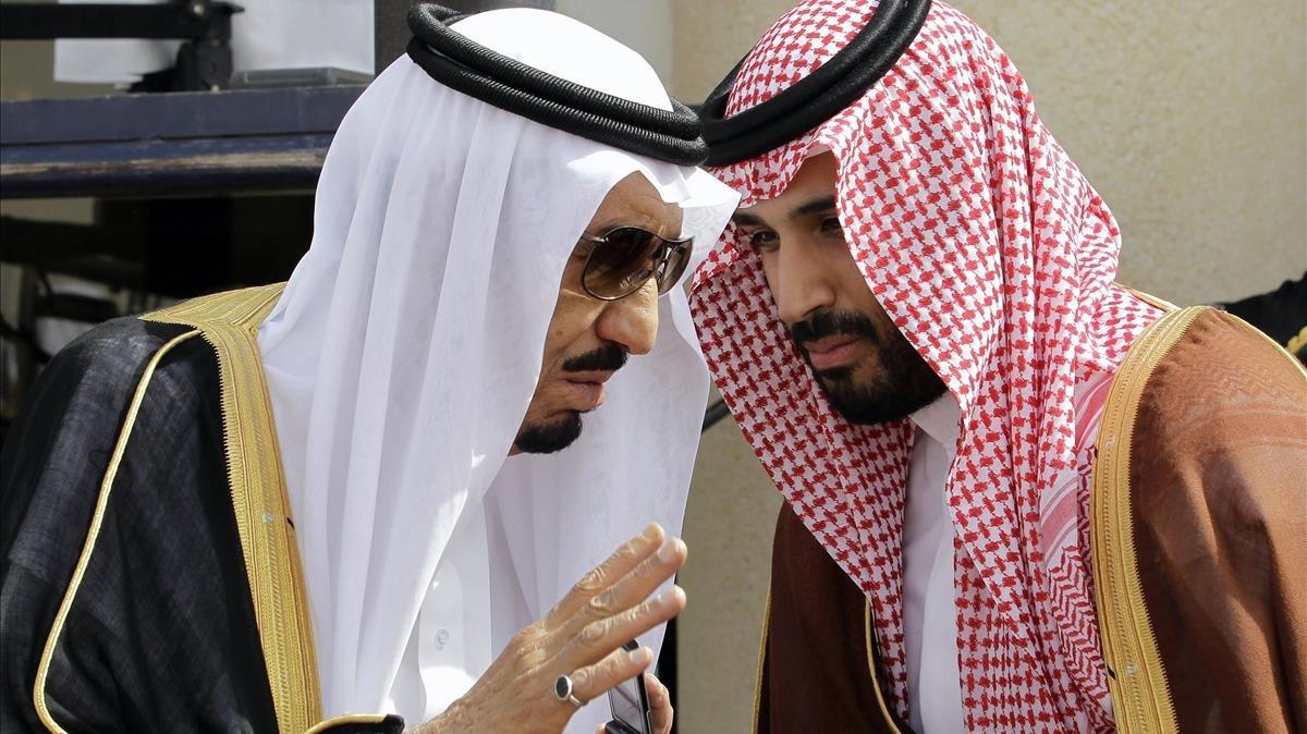 El rey Salman bin Abdulaziz con su hijo, el príncipe heredero, Mohammad bin Salman en Riad
