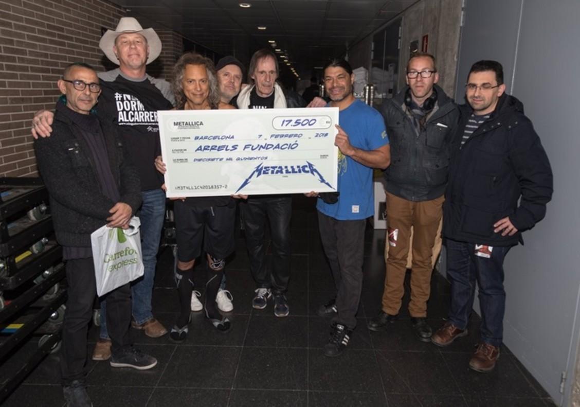 Momento de la donación de Metallica a Arrels.