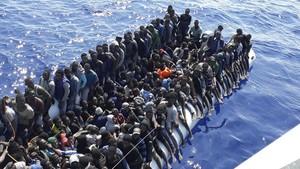 Una de las embarcaciones rescatadas este lunes
