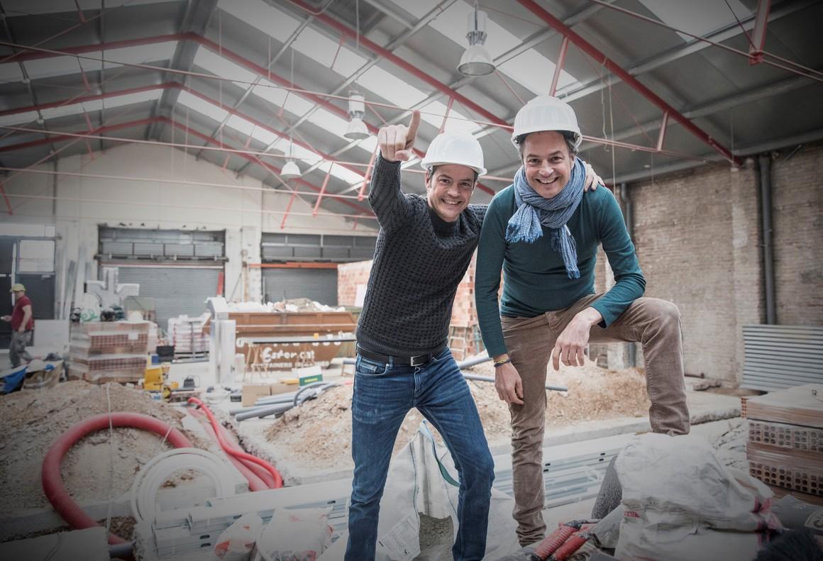 Los hermanos Javier y Sergio Torres, en las obras de su futuro restaurante, Cocina hermanos Torres.