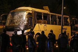 La Policía egipcia inspecciona el autobús tras la explosión en Guiza.