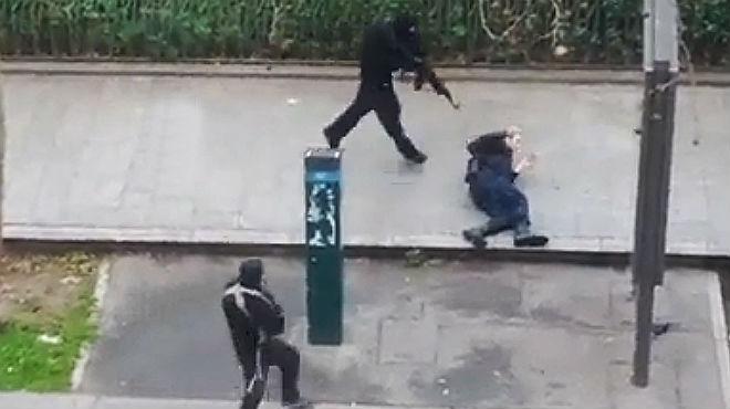 Un policía es brutalmente asesinado en la calle, tras el atentado contra el semanario 'Charlie Hebdo'en Paris.