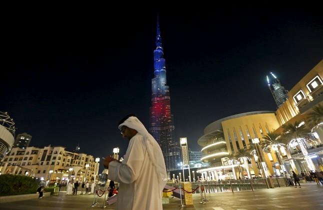 Azul blanco y rojo. Homenaje a París en la torre mas alta del mundo en Dubai.