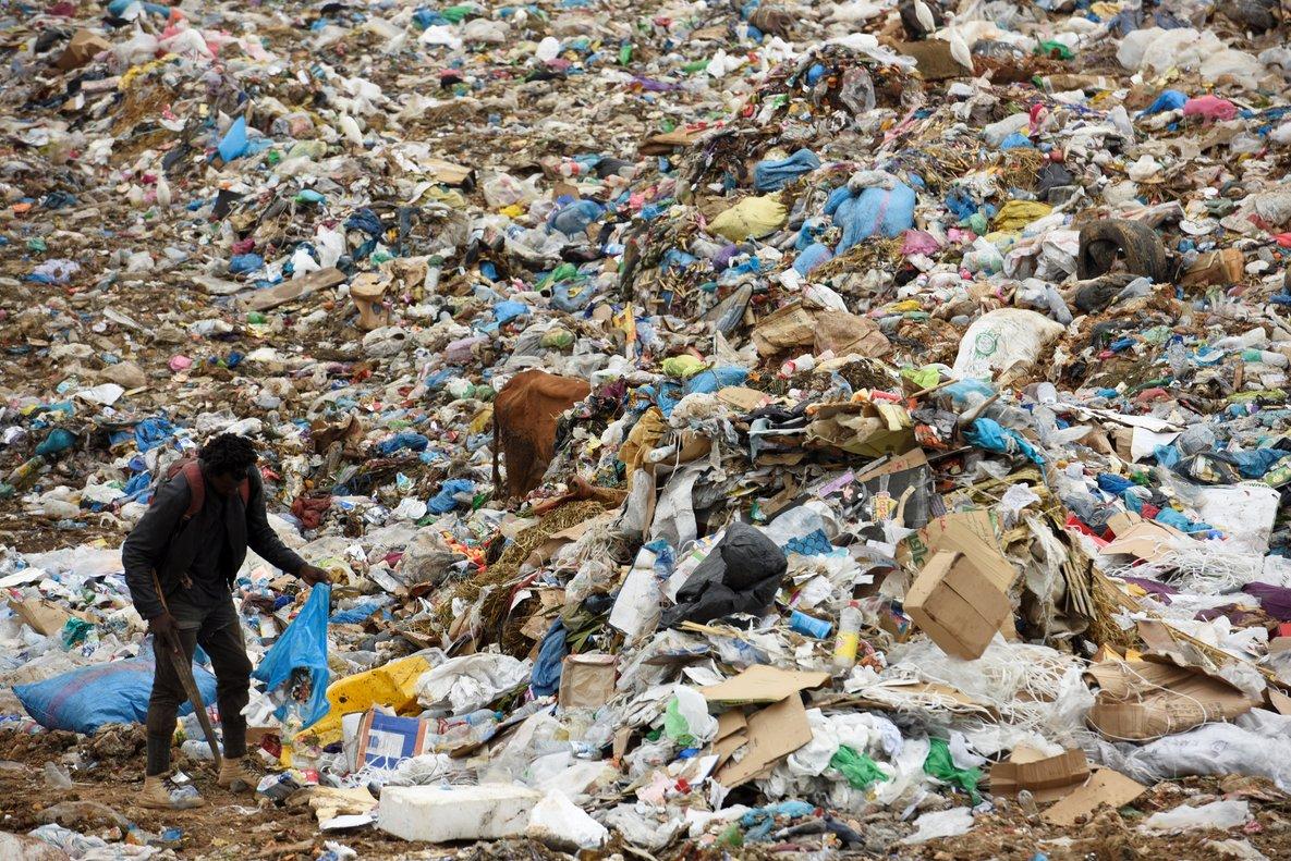 China ampl a veto a basura extranjera y proh be 32 tipos for Objetivo de bano de basura