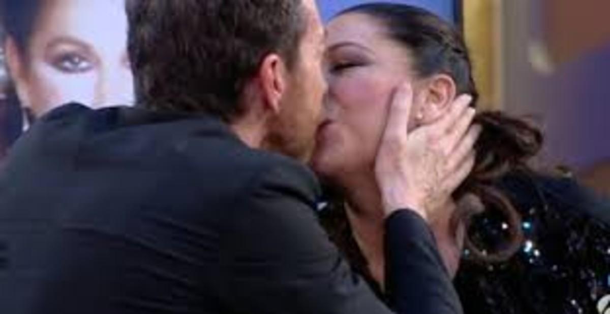 El beso de Pablo Motos e Isabel Pantoja en 'El hormiguero'.