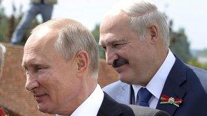 El presidente de Rusia,Vladimir Putin, izquierda, y el de Bielorrusia, Alexander Lukashenko, el pasado mes de junio.