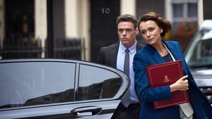 Richard Madden y Keeley Hawes, en la serie de la BBC Bodyguard.