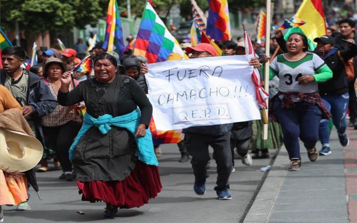 Indígenas y segudiores de Evo Morales protestan en las calles de Bolivia.