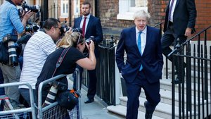 Boris Johnson abandona la oficina central de su campaña en Londres.