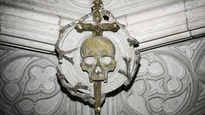 En el techo del Pont del Bisbe hay una calavera atravesada por una daga. Dicen que si se extrae del cráneo, Barcelona se sumirá en el caos.
