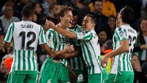 Canales celebra el cuarto gol del Betis en el Camp Nou.
