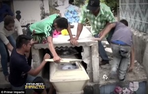 Captura del vídeo en què es veu la família de Neysi Pérez trencant la tomba de la jove després que el seu marit alertés que sentia crits des de l'interior.