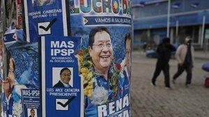 Carteles electorales del candidato del Movimiento al Socialismo, Luis Arce, en El Alto.
