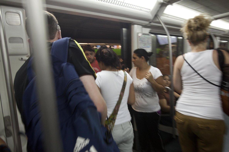 Un grupo de carteristas, en el metro de Barcelona.