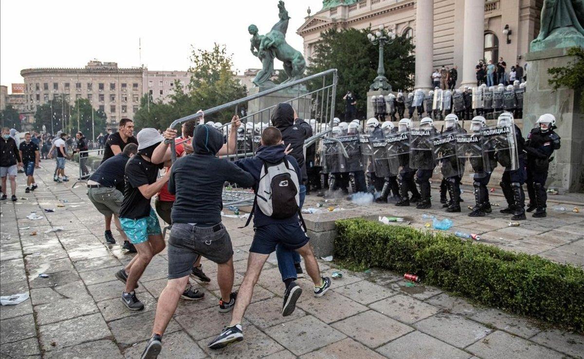 Choque entre la policía y los manifestantes en Belgrado en las protestas por las nuevas medidas impuestas por el coronavirus.