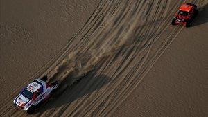 El coche de Ronan Chabot seguido por el buggie de Robby Gordon, en la segunda etapa del Dakar del 2019.