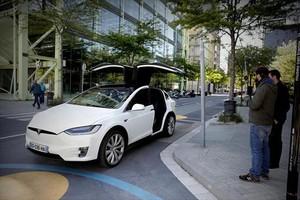 Un coche eléctrico de la marca Tesla en una calle del 22@.