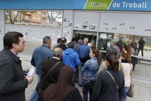 Cola de personas ante una oficina de empleo, en Badalona.