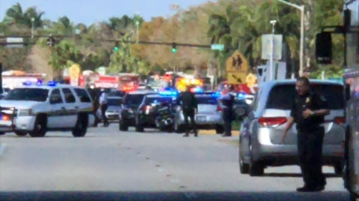 Despliegue policial en el instituto donde se ha producido el tiroteo.