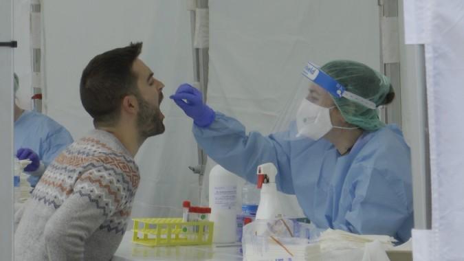 Sanitaria realizando una prueba de coronavirus.