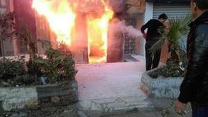 Unos empleados intentan apagar el fuego en el restaurante atacado con cócteles molotov en El Cairo.