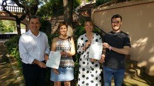 Alba Martínez y Daniel Martínez (SBeC) junto a Lluïsa Moret y José Ángel Carcelén (PSC), tras la firma del acuerdo