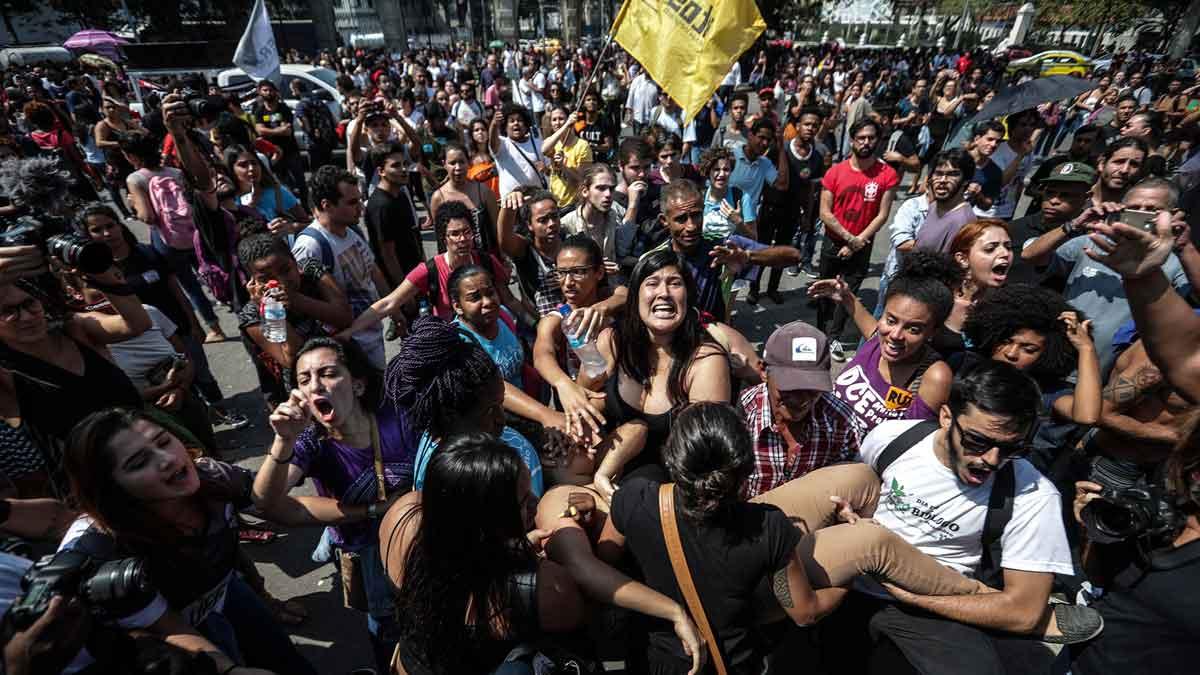 Desolación en Río de Janeiro tras el incendio del Museo Nacional. Centenares de personas han salido a la calle para protestar por los hechos.