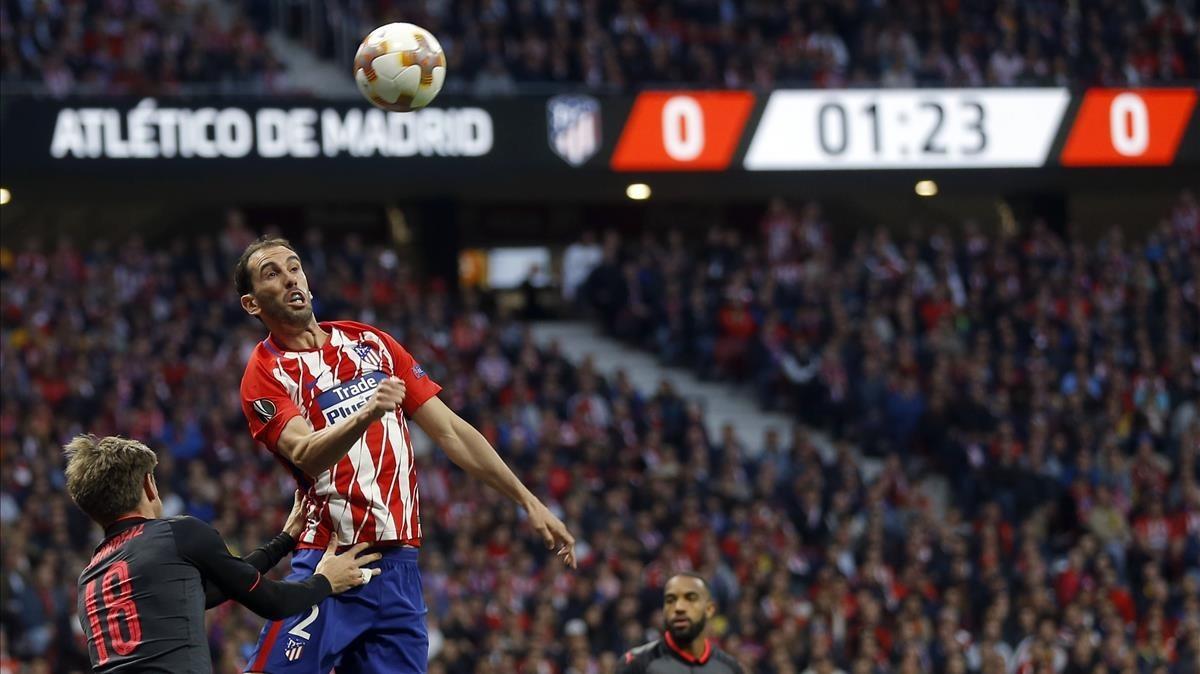 Diego Godín cabecea ante Monreal durante la semifinales de la Europa League contra el Arsenal en el Wanda Metropolitano.