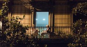 Dos mujeres leen en el balcón de su casa, en Gran de Gràcia.