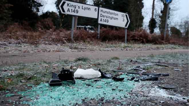 El duque de Edimburgo sufre un accidente pero resulta ileso. En la foto, restos de cristales en el lugar donde se produjo el choque.