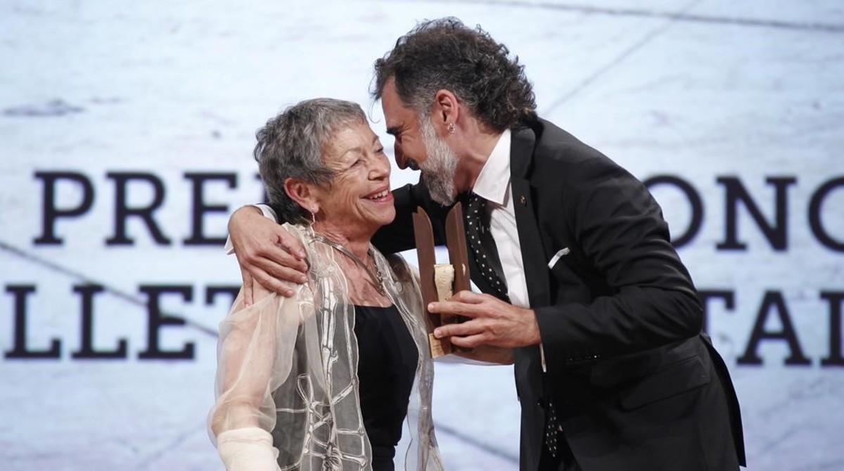 Entrega del 48 premio de honor de les lletres catalanes a Maria Antonia Oliver de manos del presidente de Omnium Jordi Cuixart.