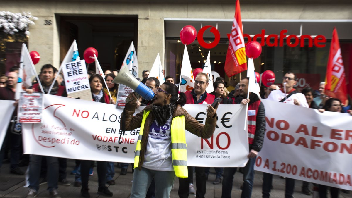 Protesta por el ERE de Vodafone que puede acabar con el despido de 1.200 personas en toda España, unas 120 en Catalunya.