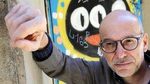 Eugenio Fuentes, este lunes, ante un grafiti en el centro de Barcelona, donde participa en BCNegra.