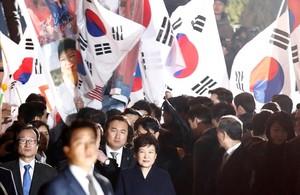 La expresidenta de Corea del Sur, Park Geun-hye, abandona la residencia oficial en Seúl.