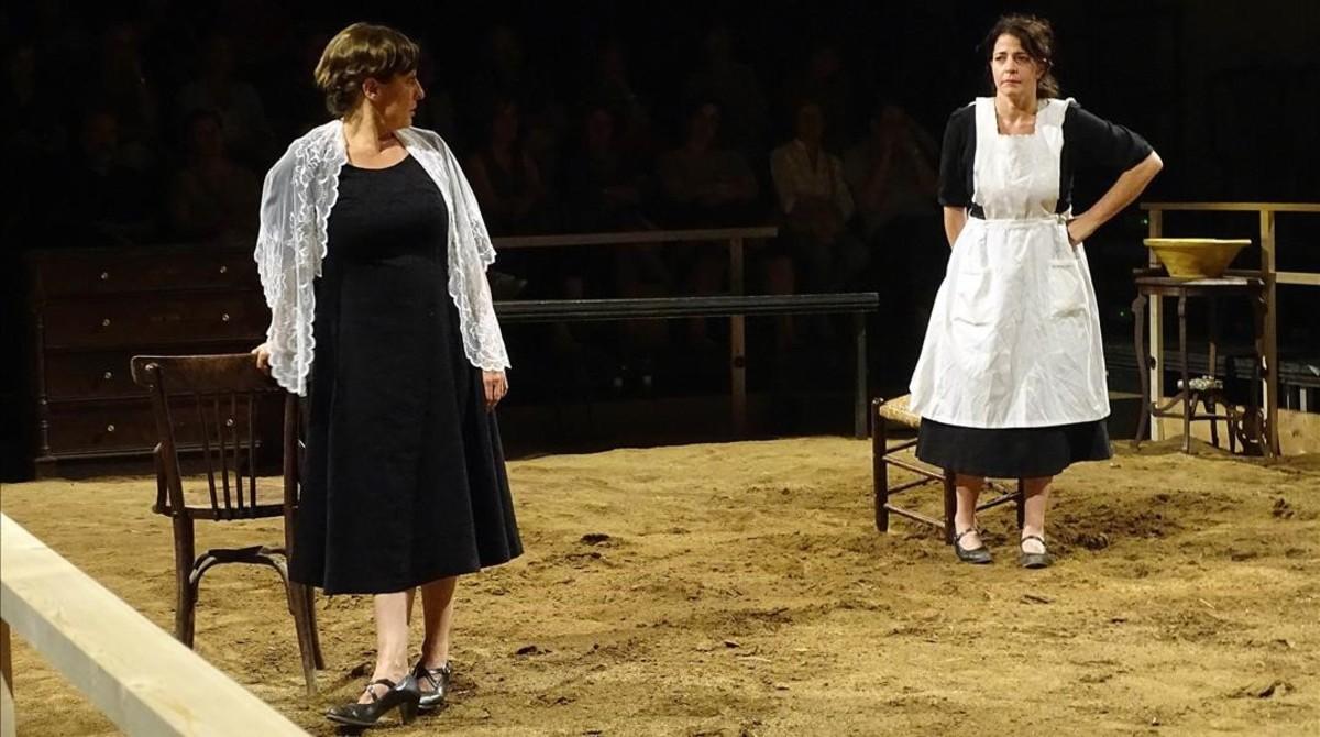 Clara Segura (izquierda) y Nora Navasen una escena de Bodas de Sangre.